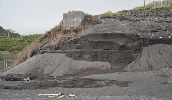 s48年頃 ガット船 ポンプ船で大量に海砂を採取し海岸線が変形し 護岸が崩壊した。加えて砂防堤で山からの砂の供給がとざえた。
