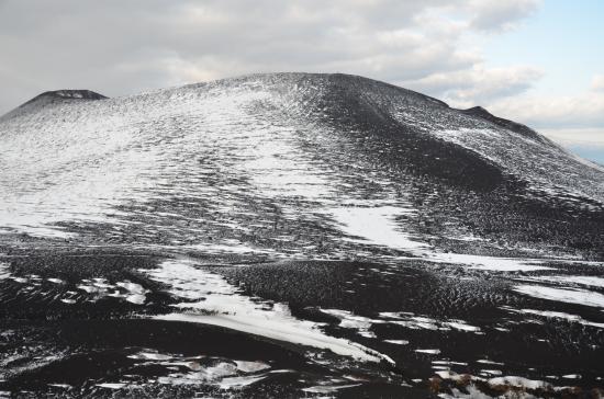 三原山01/15 07:35′ 剣ヶ峰にかけて風の通り道に雪はつかない 櫛形右斜面を駆け上りカルデラを超えた風の通り道です