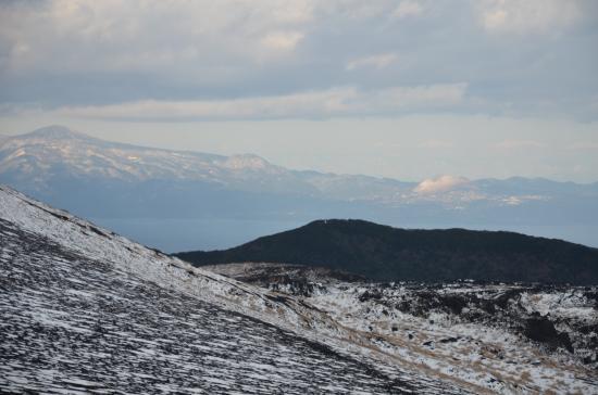 伊豆半島も雪 左遠笠山 中央矢筈山