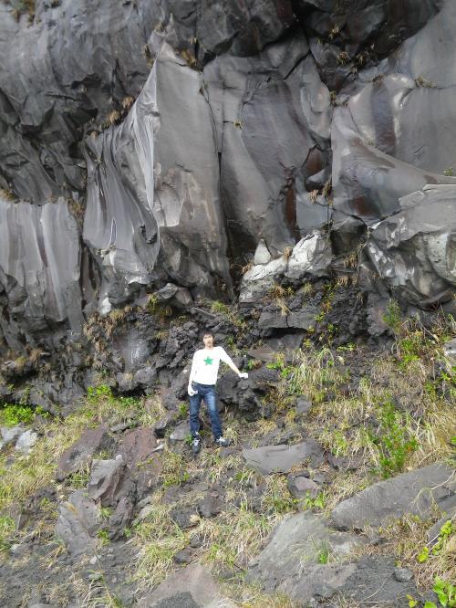 赤だれ 易さんの背後は安永噴火のアア溶岩です