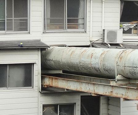 管が住宅を貫く