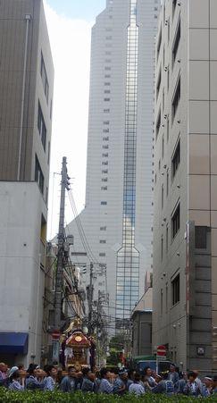 三田通りをゆく神輿