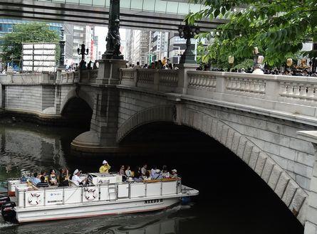 日本橋川を通る観光遊覧船