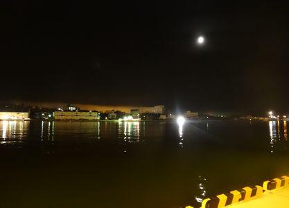 河口の上の月