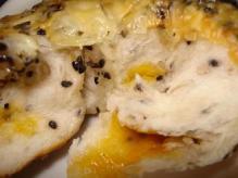 胡麻チーズベーグル断面