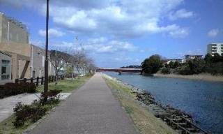 川沿いに続く道
