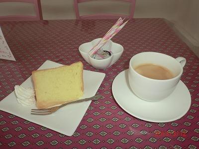 香り立つコーヒーと、手作りシホンケーキです。。