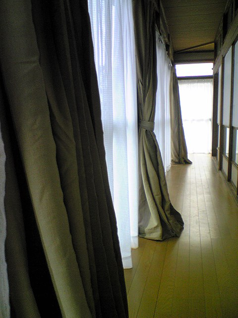 廊下にカーテン付きました