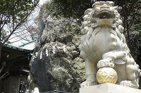 大きな岩と狛犬様♪