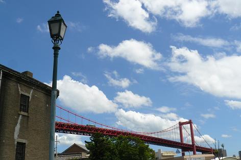 古い建物と若戸大橋♪