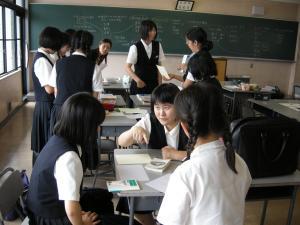 2_グループで相談する生徒たち_convert