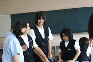 3_グループで相談する生徒たち2_convert