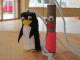 ペンギンとピンク人形