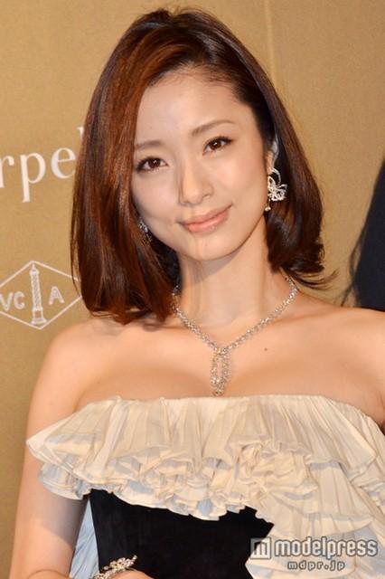 上戸彩 胸元がセクシーなドレスに総額1億円超のジュエリー