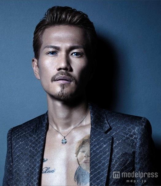 """EXILEのボーカル・ATSUSHIが、トレードマークのサングラスを外し""""青い目""""に"""