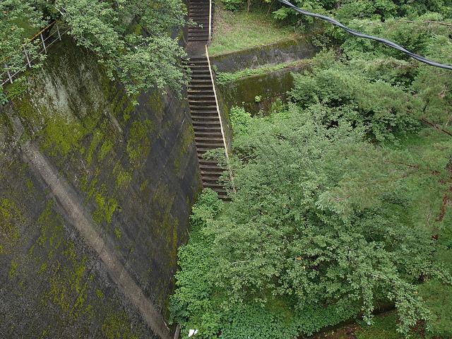 018平岡ダム下への階段