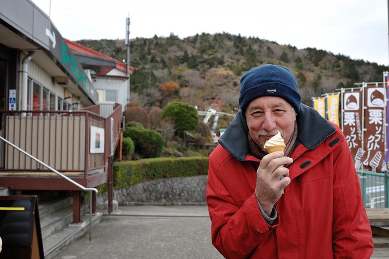 アイスを食べるバリー