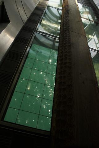 ガラスの下は海