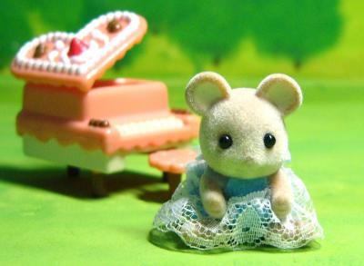 ネズミ(白耳)赤ちゃん(おとぎの国).