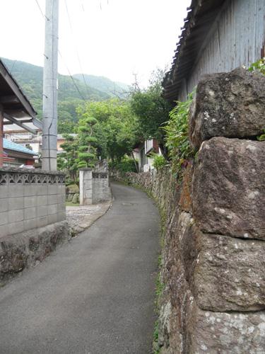 旧家の並ぶ細道1