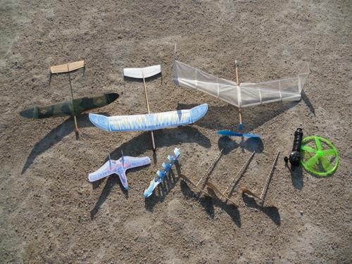 今日は紙飛行機もあり。