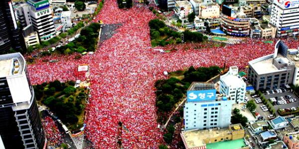大統領を国会で非難、五輪パレードに50万人集結、相次ぐ逸脱行為・・・「日本は100年前から進歩していない」