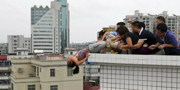 サンシャイン60の屋上から高校1年生が飛び降り自殺 地面に激突で木端微塵血まみれ脳みそ粉砕