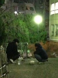 20131216早稲田 猫に餌をやる学生_convert_20131216223317
