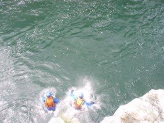 20120821小歩危ラフティング岩場からジャンプ