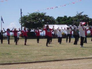 20120909来間島運動会クミさん踊る