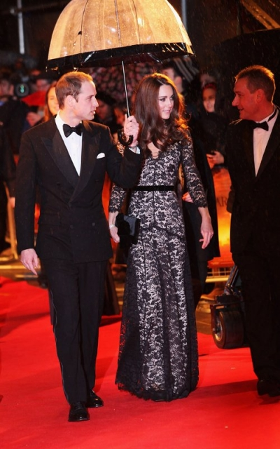 Prince-William-and-Kate-Middleton-with-Fulton-Umbrella-2.jpg