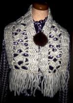 編み模様(あやめ)のミニマフラー完成品 極太白(ラビットボールループ付きで留める)