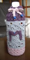 ペットボトルホルダー ピンク・ブルー白ラメの引き糸 オーロララメ入り 芝編み 5目の松編みをひし形に編み入れ 上部芝編み、縁・5目の松 イニシャル・ラインストーン A-1