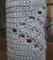 ペットボトルホルダー ピンク・ブルー白ラメの引き糸 オーロララメ入り 芝編み 5目の松編みをひし形に編み入れ 上部芝編み、縁・5目の松 イニシャル・ラインストーン A-3