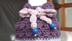 ペットボトルホルダー ピンク・ブルー白ラメの引き糸 オーロララメ入り 芝編み 5目の松編みをひし形に編み入れ 上部芝編み、縁・5目の松 イニシャル・ラインストーン A-4