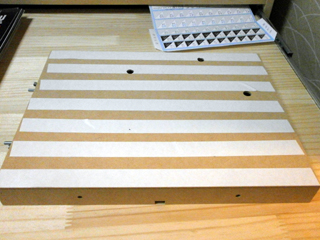 木製ベースAに両面テープを貼ったところ