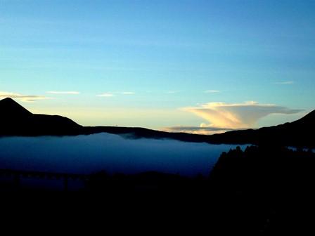 湯布院の朝霧と逆三角の雲syou