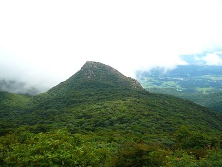 高塚山から天狗岩を望む中