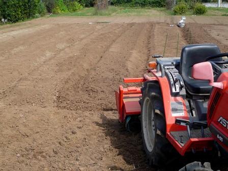 トラクターで畝作り