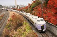 鉄道写真にチャレンジ!-紅葉を横目に「特急スーパーあずさ」
