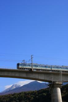 鉄道写真にチャレンジ!-八ヶ岳をバックに走る115系信州色