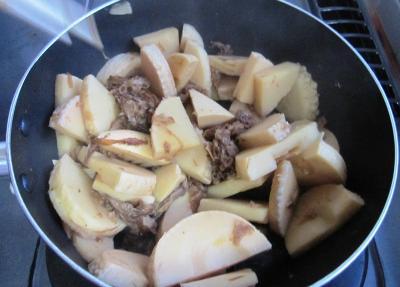 筍の土佐煮を作っているところ