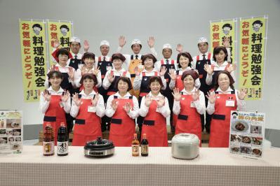 料理勉強会社員集合写真 (2)