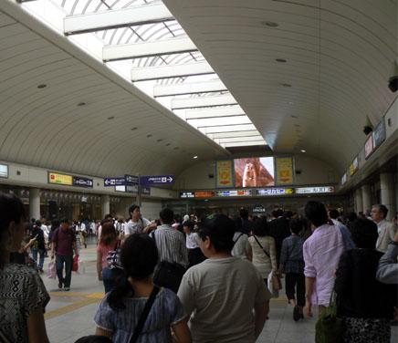 川崎駅改札右へ曲がる