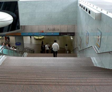 川崎駅階段下りる。