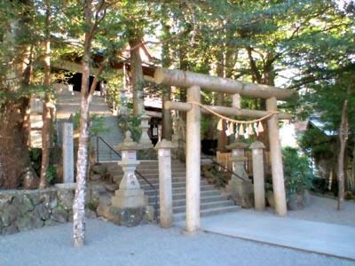 拝殿前の鳥居、階段で昇っていく