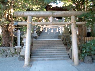 拝殿前の鳥居