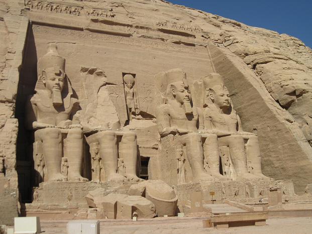 エジプト旅行:アブシンベル大神殿 左斜め