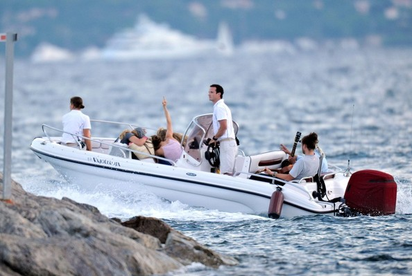 Paradis+family+board+their+boat+pGoWyjvOsb7l.jpg