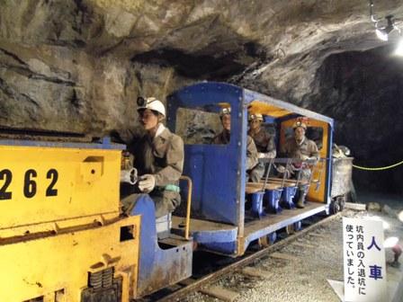 坑道内のトロッコ
